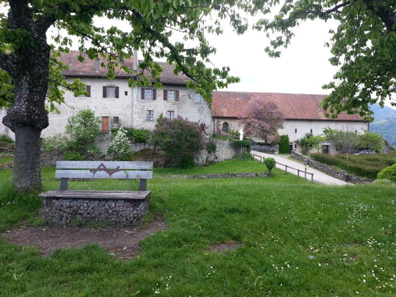 Le site de Château neuf avec sa verdure et son espace de détente et l'Art'llingeoise au fond à droite