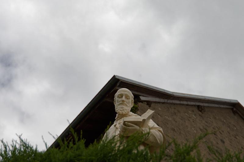 Statue de Saint Joseph lisant un livre