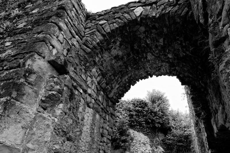 Photo noir et blanc de l'arche de l'enceinte de Château Neuf à Allinges
