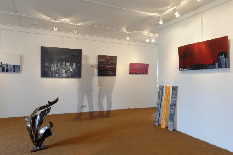 Intérieur de la galerie d'art lors d'une exposition de peintures et sculptures