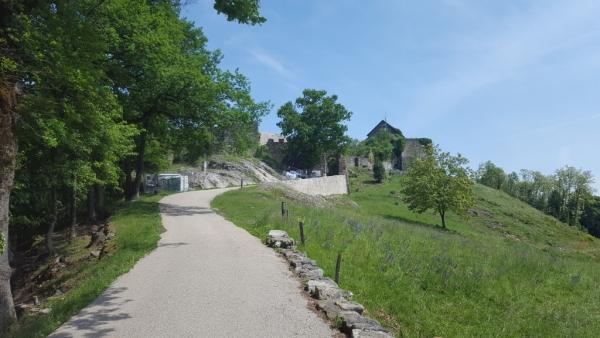 Photo du chemin montant aux Châteaux des des Allinges